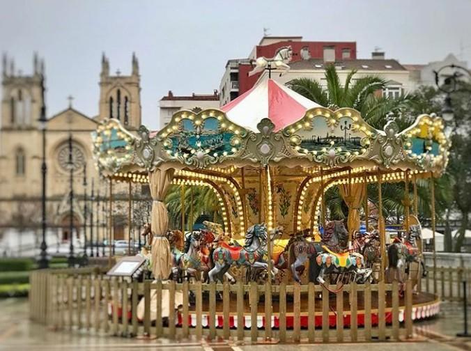Carrusel vintage situado en el Paseo de Begoña (Gijón)
